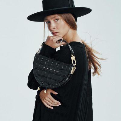 Everyday Handbag 👜 Essentials for the Girl 💁🏻💁🏿💁🏼💁🏽 Always on the Go 🚗 ...