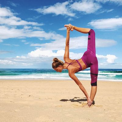 10 Yoga 🤸🏼♀️ Moves to Help Girls 🙏🏼 Who Suffer 😢 from Chronic Back Pain 😖 ...