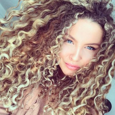 This is How Curly Haired Girls Can Survive Summer☀️ ...