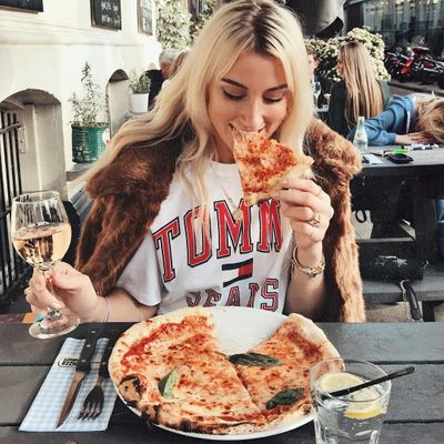 Awesome 👏 Reasons to Eat 🍽 Alone for Girls Feeling Bad 😔 about Flying Solo ☝️ ...